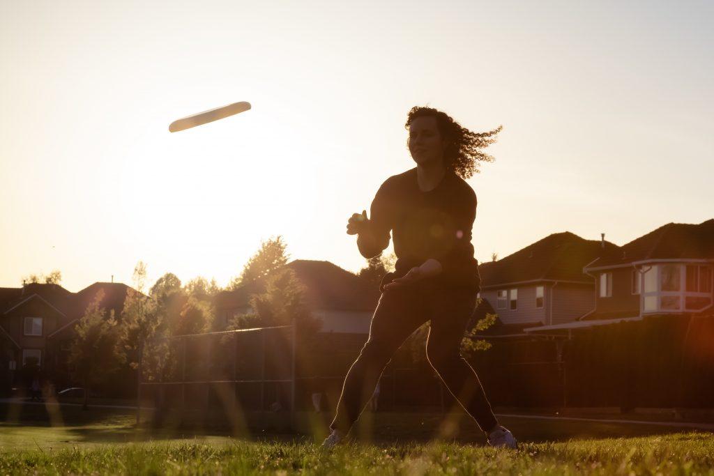 throwing a frisbee in summer Edgar Bullon © 123rf